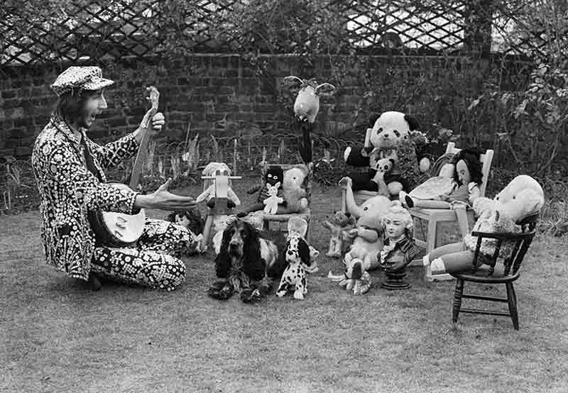 Pete Townshend & Towser - Doll's Tea Party, in his garden by the river Thames, Twickenham, West London, 1971